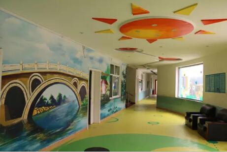 走进弘济学校,顿时令人耳目一新:雄伟的教学楼,多彩的幼儿园,有序的